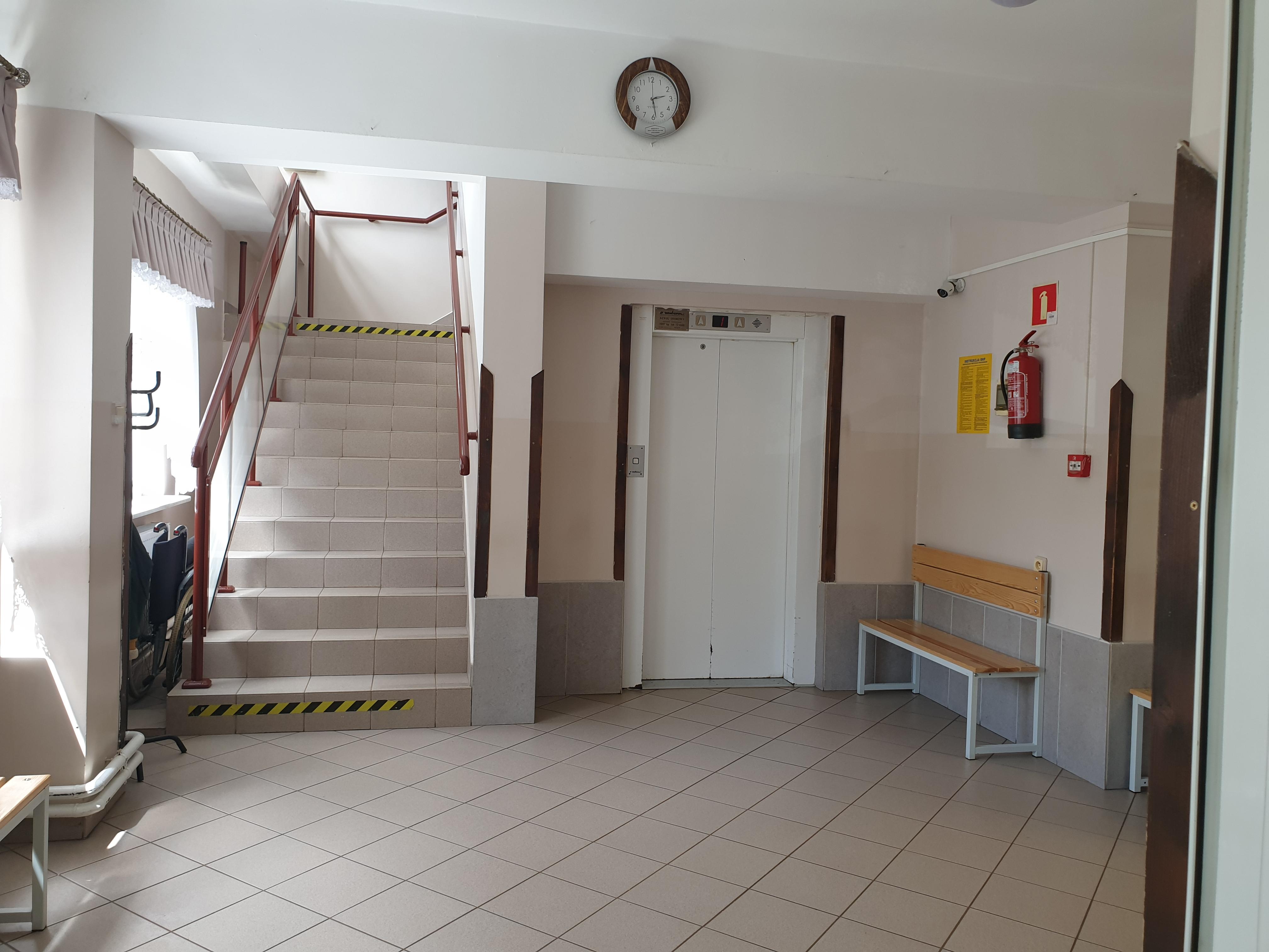 Korytarz główny z klatką schodową i windą